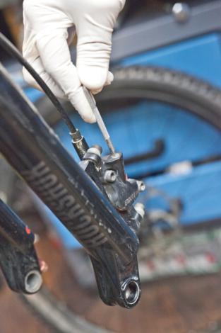 Odzračivanje kočnica na biciklu slika 10