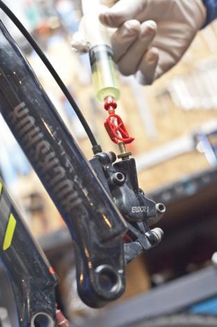 Odzračivanje kočnica na biciklu slika 11