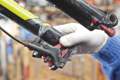 Odzračivanje kočnica na biciklu slika 6